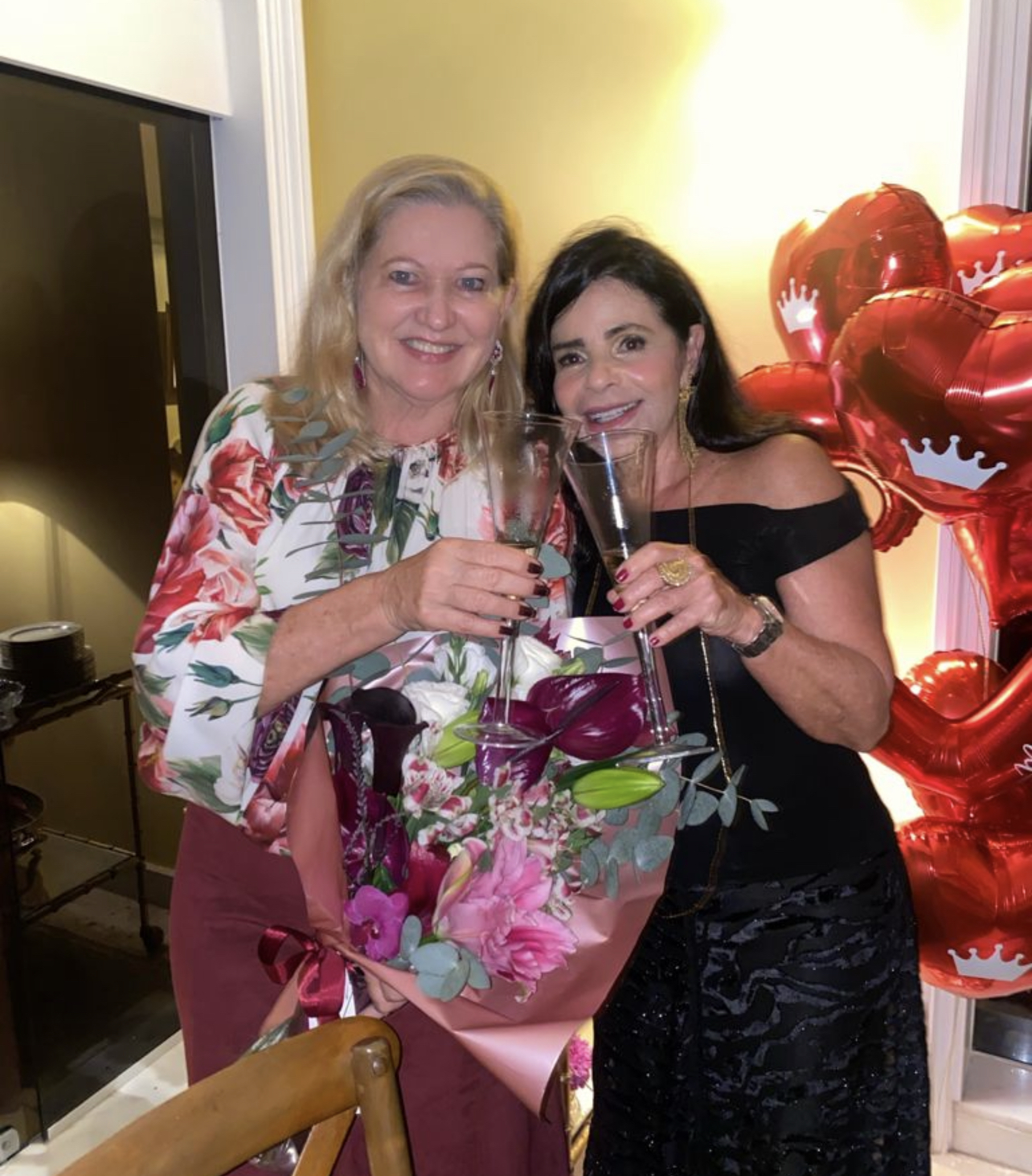 Teca Martins recebendo flores de Tina is Lima