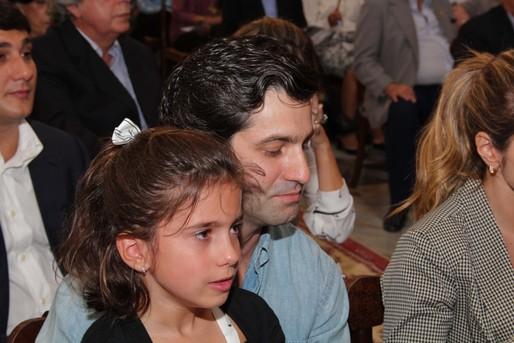A emoção da neta Mirela Gusmão ao lado de seu tio Luis Eduardo Magalhães