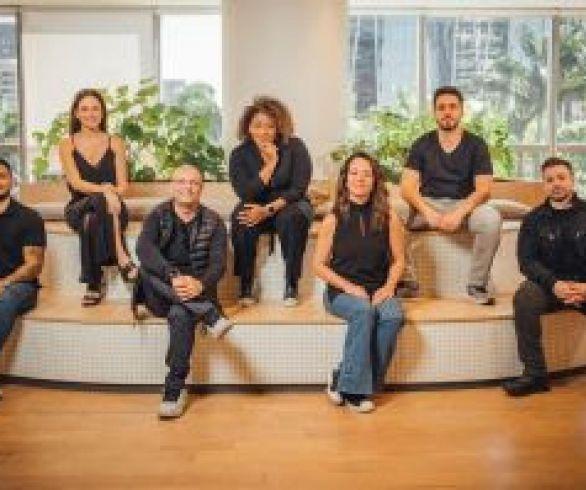 Da esquerda para a direita: Vinícius Fidelis, Roberta Abujamra,  Ari Martire, Daniela Benoit, Andrea Hirata, Carlos Eduardo Valverde e Paulo Fernandes