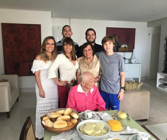 Benedito, cercado por Monique, Karla, Kissinha, Felipe, Tiago e Ricardo.