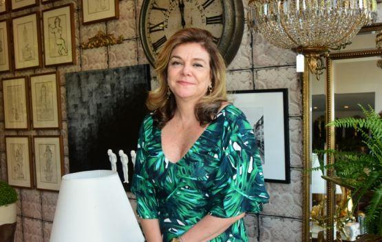 A empresária Marisa Mancuso recebendo convidados para um Chá de Bonecas na sua Empório Magma.