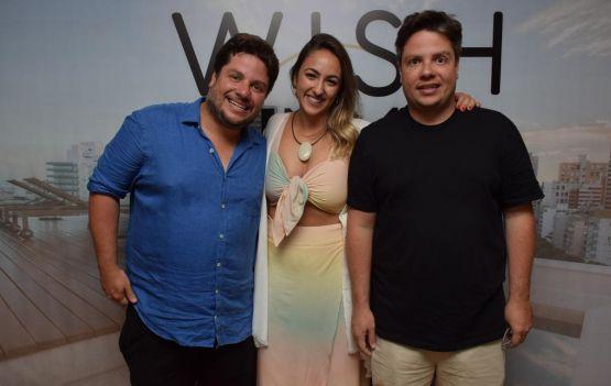 A gerente geral do Wish Hotel da Bahia, Natália Dall, entre  Ricardo Cal,  e Rafael Cal foto Bruno Laranjeira