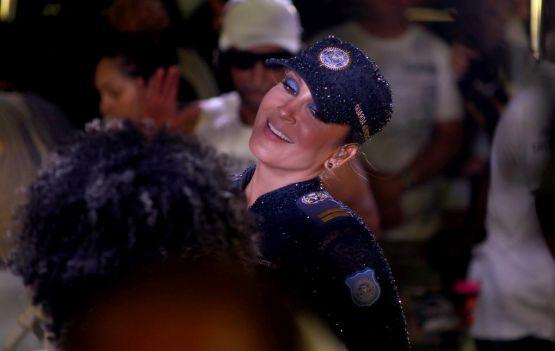 Claudia Leitte faz homenagem ás mulheres e à guarda civil.