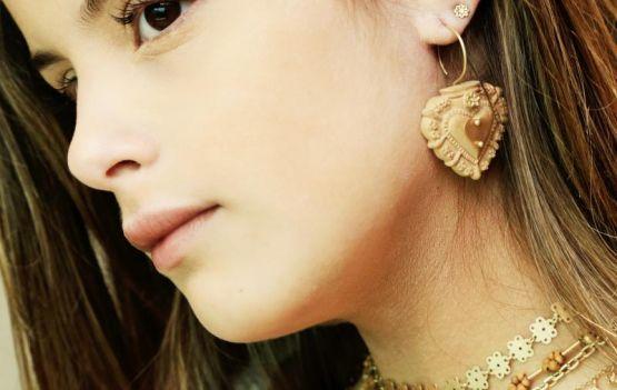 Alice Gastal, neta da super figurinista Helena Gastal, da TV Globo, é a nova estrela da designer de joias carioca Junia Machado