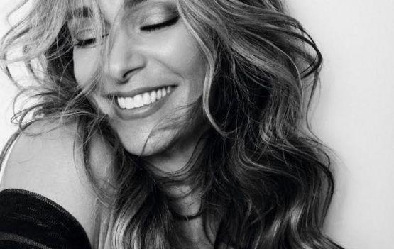 Mônica Martelli será a anfitriã do evento (digital) de lançamento da nova digital store da marca Arezzo