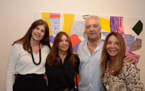 Patrícia Costa, Ana Maria e Mercedes Masque cercando Gian Carlo - Foto: Marco Rodrigues