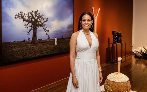 Nadia Taquary ao lado de sua obra - foto Tati Freitas