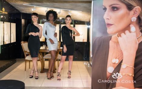 Modelos com a coleção Carolina Costa