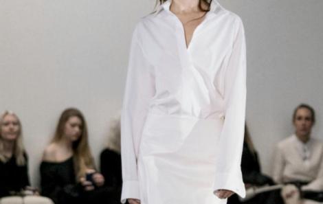 Camisa branca, peça  chaves para nova coleção.