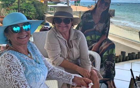 Alê Mattos recebe amigas para almoço na Gamboa em Itaparica