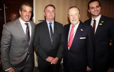 Jair Bolsonaro com a família Garnero: Álvaro, Mário, o presidente do Fórum das Américas, e Alvarinho /Foto: Fred Pontes