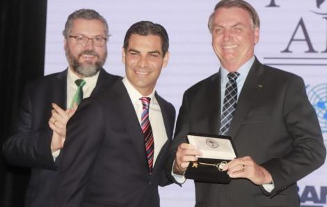 Ernesto Araújo, ministro das Relações Exteriores, Francis Suarez, prefeito de Miami, e Jair Bolsonaro /Foto: Fred Pontes