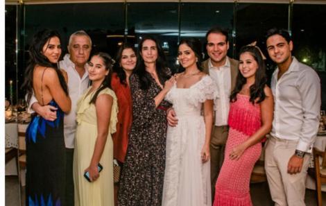 A noiva e o noivo com a família de Maria Pessoa. Os pais Carol e Sergio e seus cinco Irmãos.