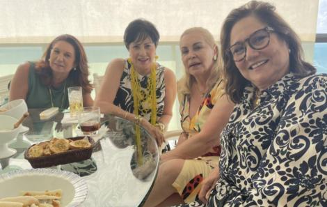 Mirela Machado ao lado de Tânia Mota e Magali Goes,  explicando sobre as delícias de seu caruru